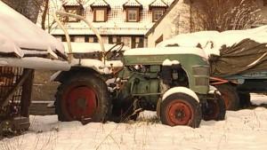 alter Traktor im Schnee